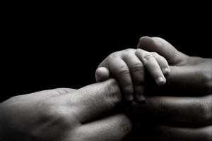 baby-hand-holding-mothers-hands-s_1